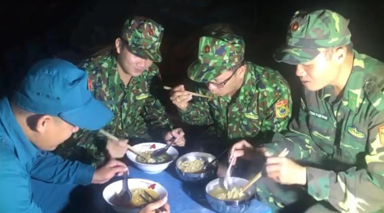 Đồng đội chung nhau bữa ăn đêm muộn đơn sơ nhưng đầy nghĩa tình.