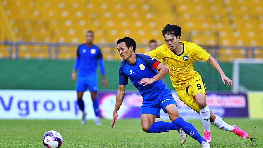 Văn Nhiên đeo băng đội trưởng Nam Định ở trận giao hữu với HAGL trước thềm V.League 2021.