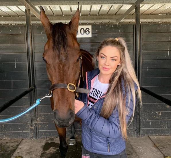 Gemma Reilly: Cô nàng xinh đẹp đổi đời nhờ môn đua ngựa - Ảnh 7.