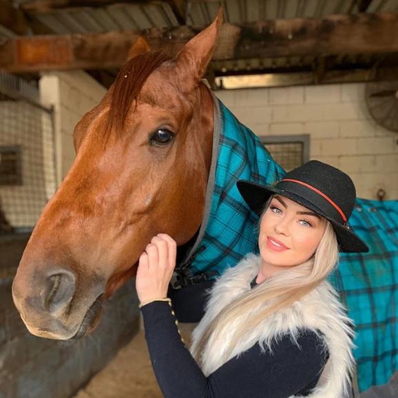 Gemma Reilly: Cô nàng xinh đẹp đổi đời nhờ môn đua ngựa - Ảnh 1.