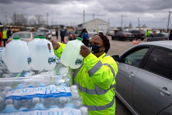 Hàng triệu người dân Texas thiếu nước sạch sau trận bão tuyết lịch sử - Ảnh 2.