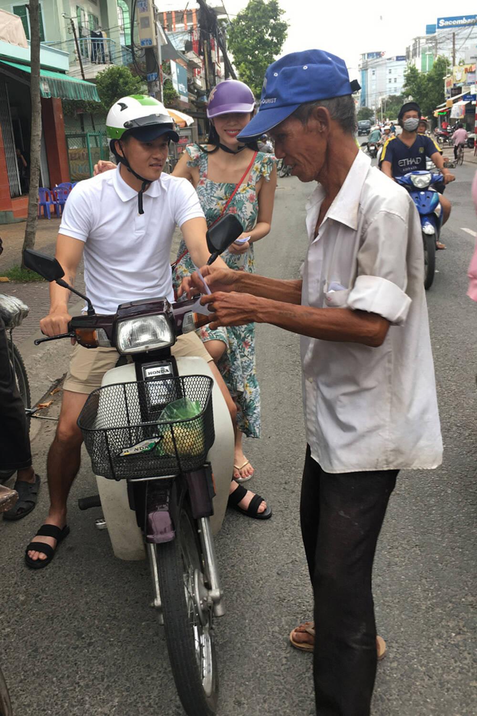 Lộ hình ảnh Công Vinh cùng Thuỷ Tiên đi hẹn hò trên xe Dream - Ảnh 1.