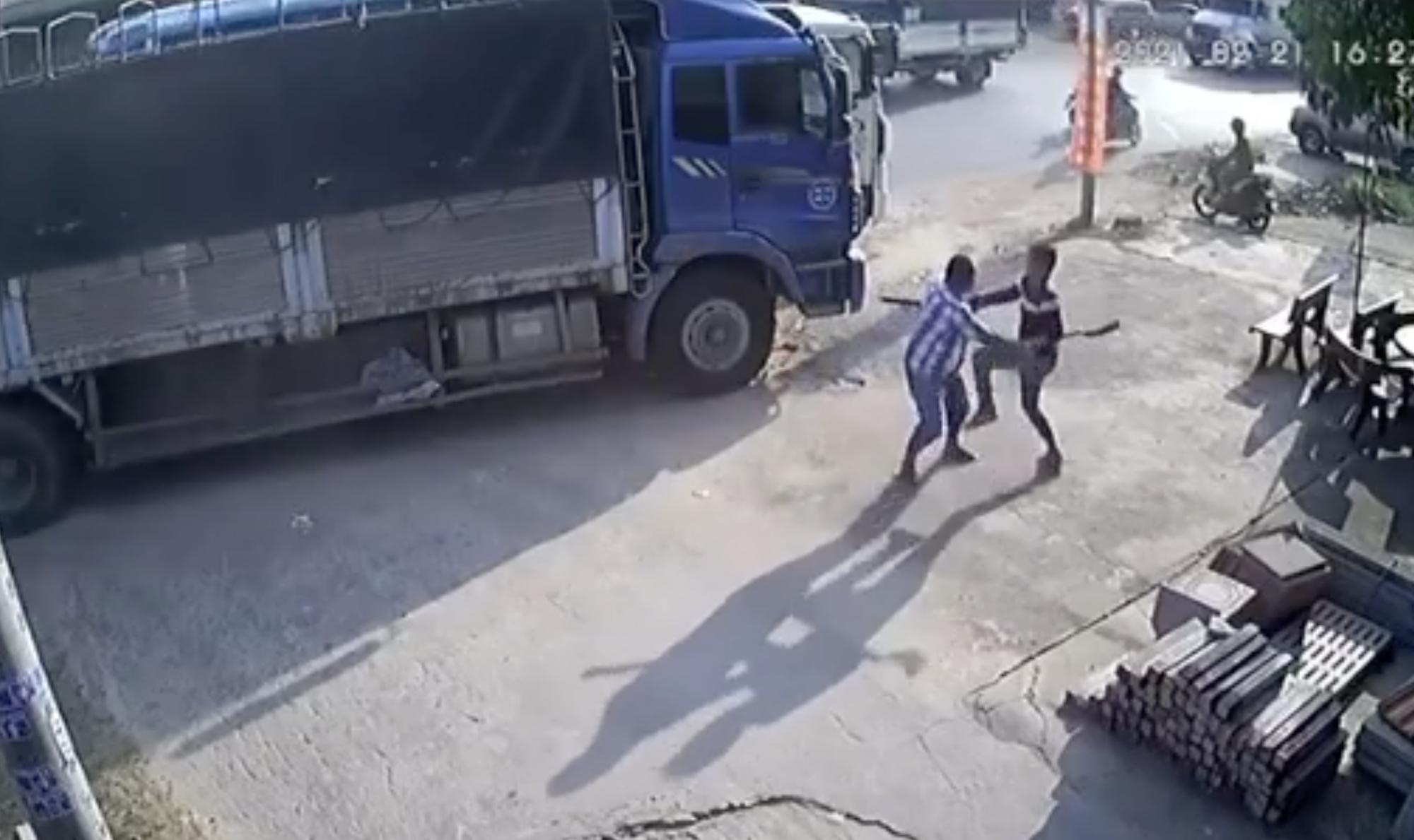Giành đường để chạy trước, 2 tài xế xe tải vác dao đuổi chém nhau - Ảnh 2.