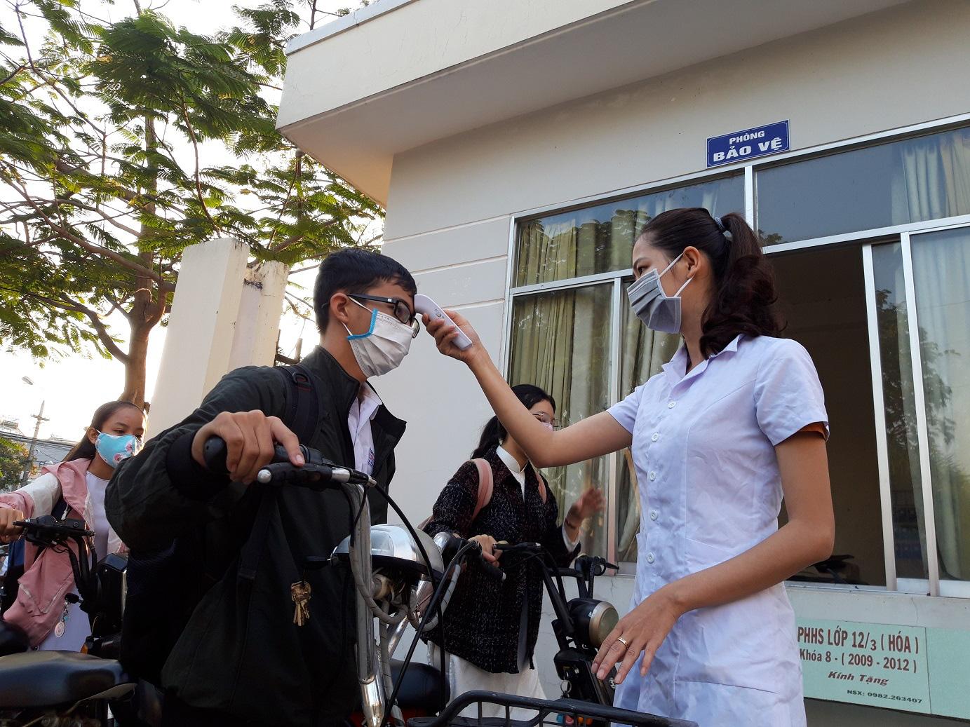 Quảng Nam: Ngày đầu đi học lại, trường khẩn trương khử trùng, học sinh được đo thân nhiệt trước khi vào lớp - Ảnh 2.