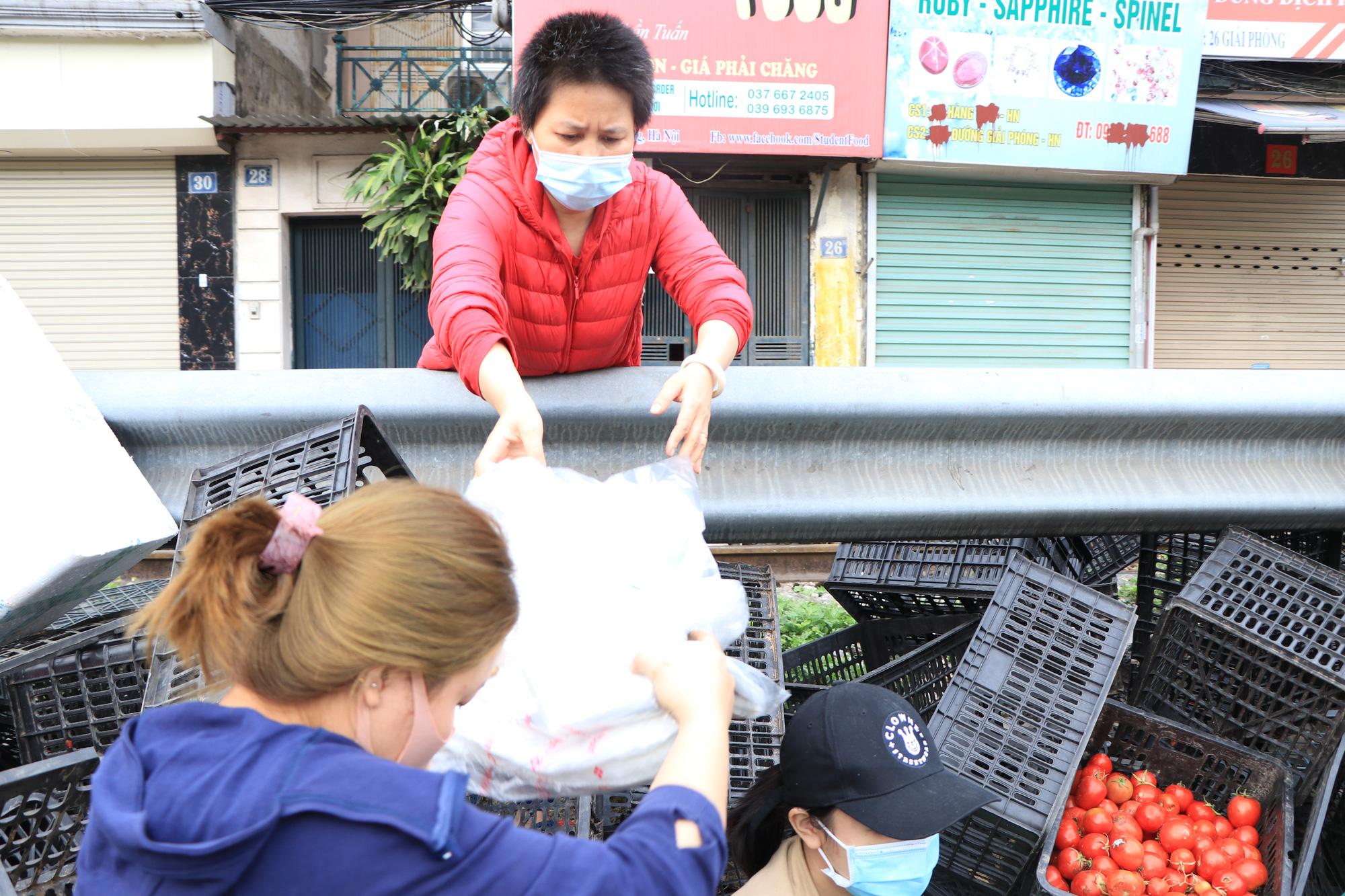 Người Hà Nội trắng đêm giải cứu 50 tấn hàng nông sản giúp bà con vùng dịch Hải Dương - Ảnh 12.