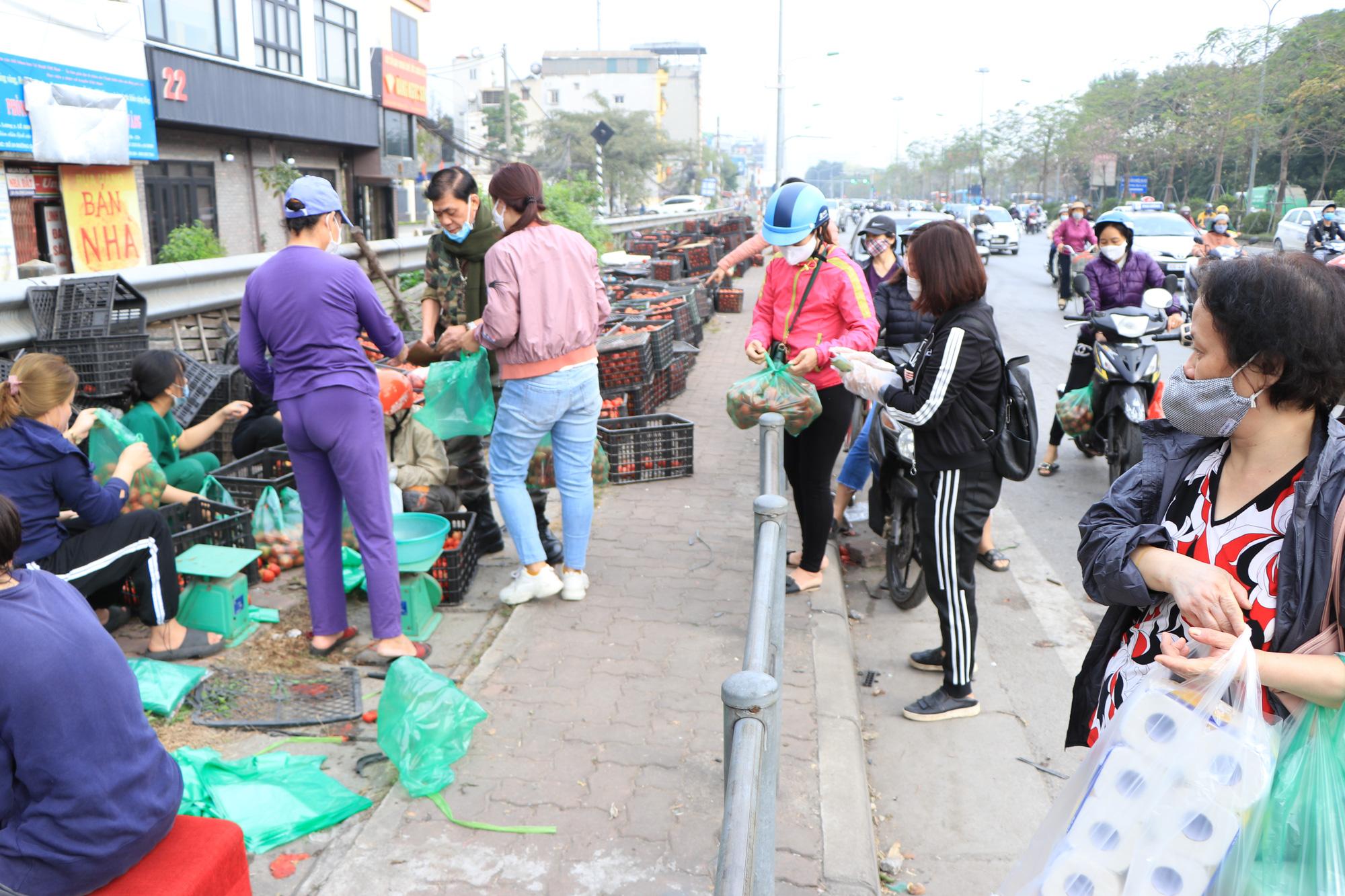 Người Hà Nội trắng đêm giải cứu 50 tấn hàng nông sản giúp bà con vùng dịch Hải Dương - Ảnh 15.