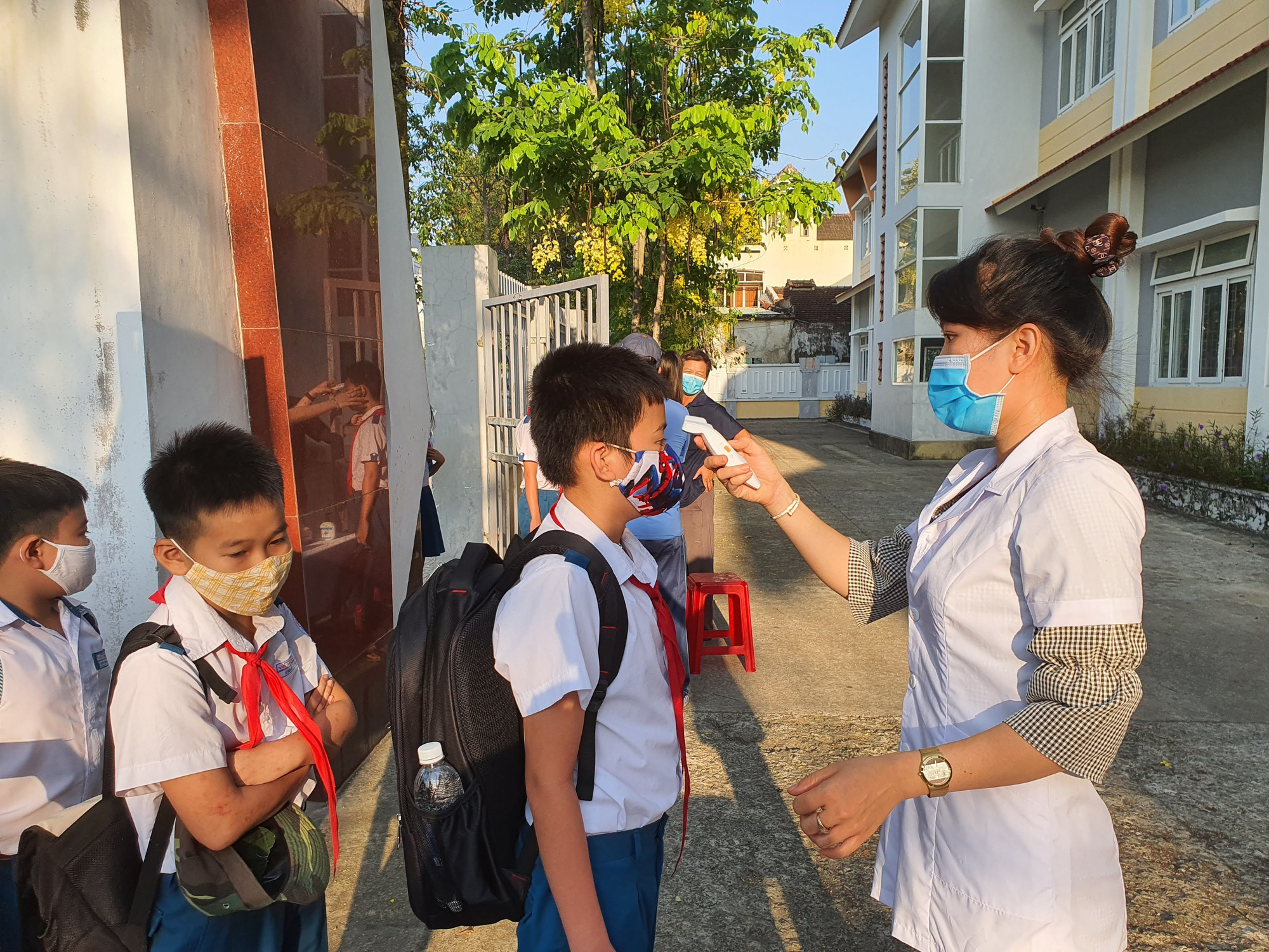Quảng Nam: Ngày đầu đi học lại, trường khẩn trương khử trùng, học sinh được đo thân nhiệt trước khi vào lớp - Ảnh 1.