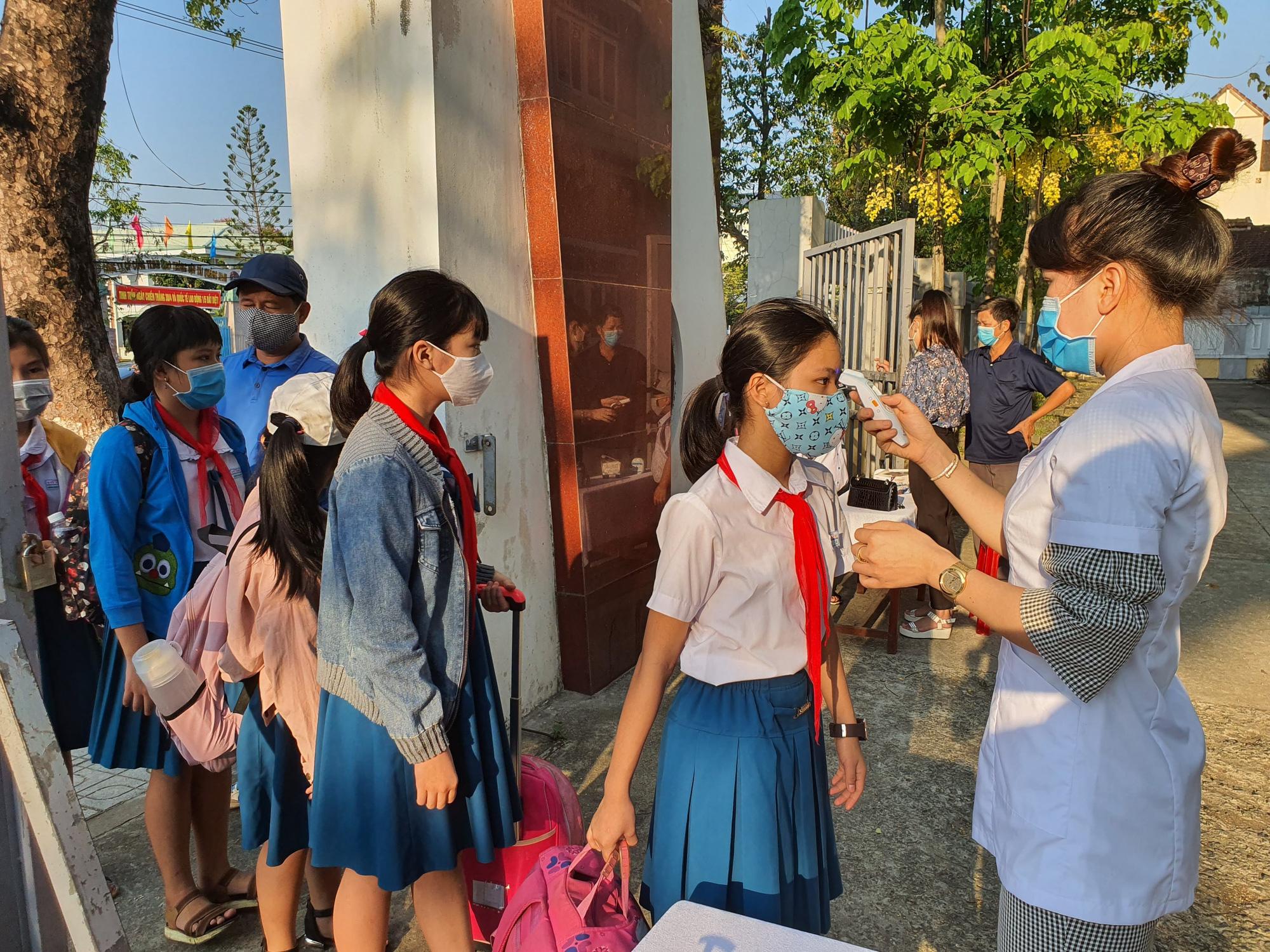 Quảng Nam: Ngày đầu đi học lại, trường khẩn trương khử trùng, học sinh được đo thân nhiệt trước khi vào lớp - Ảnh 3.