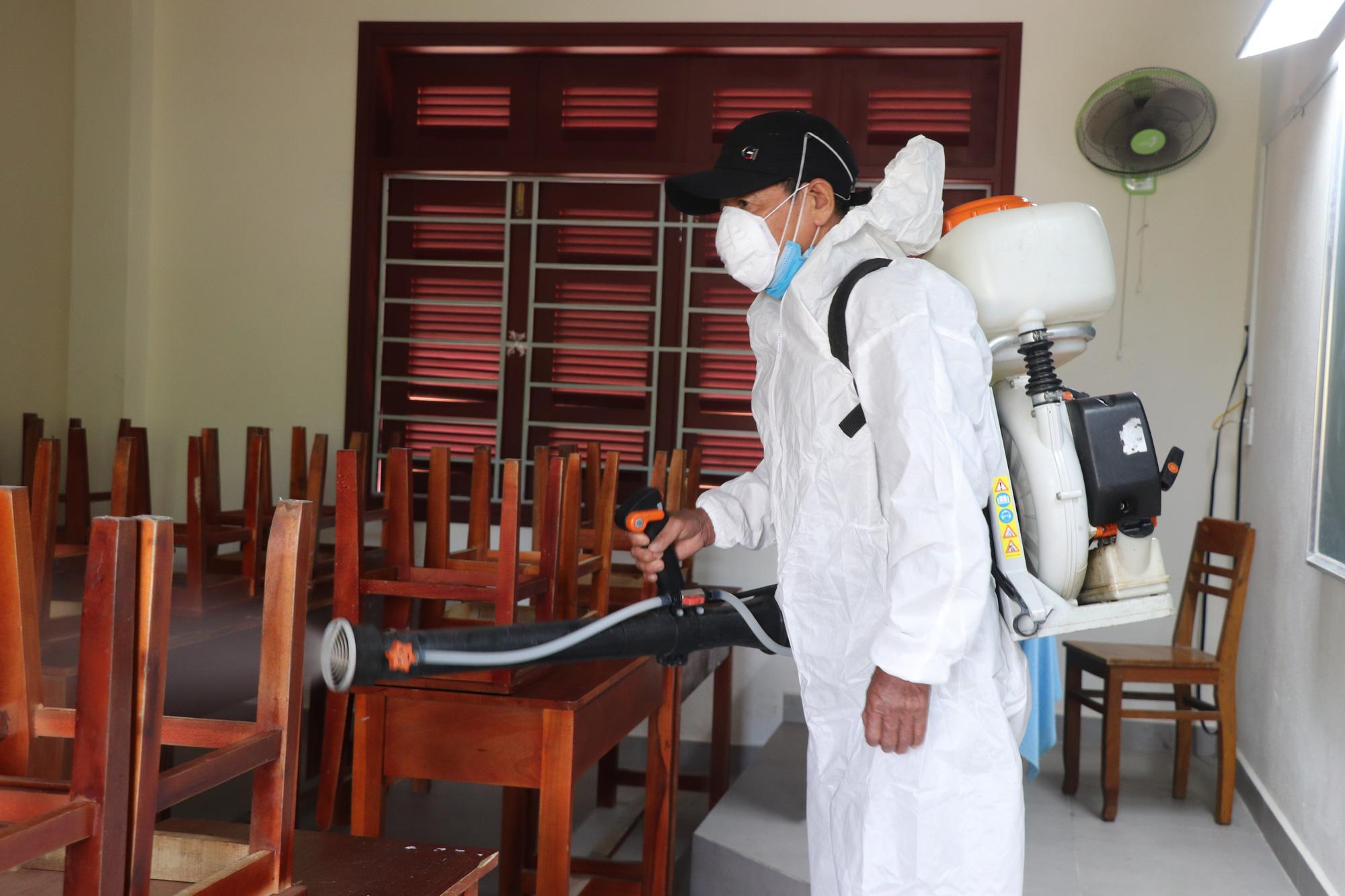 Quảng Nam: Ngày đầu đi học lại, trường khẩn trương khử trùng, học sinh được đo thân nhiệt trước khi vào lớp - Ảnh 4.
