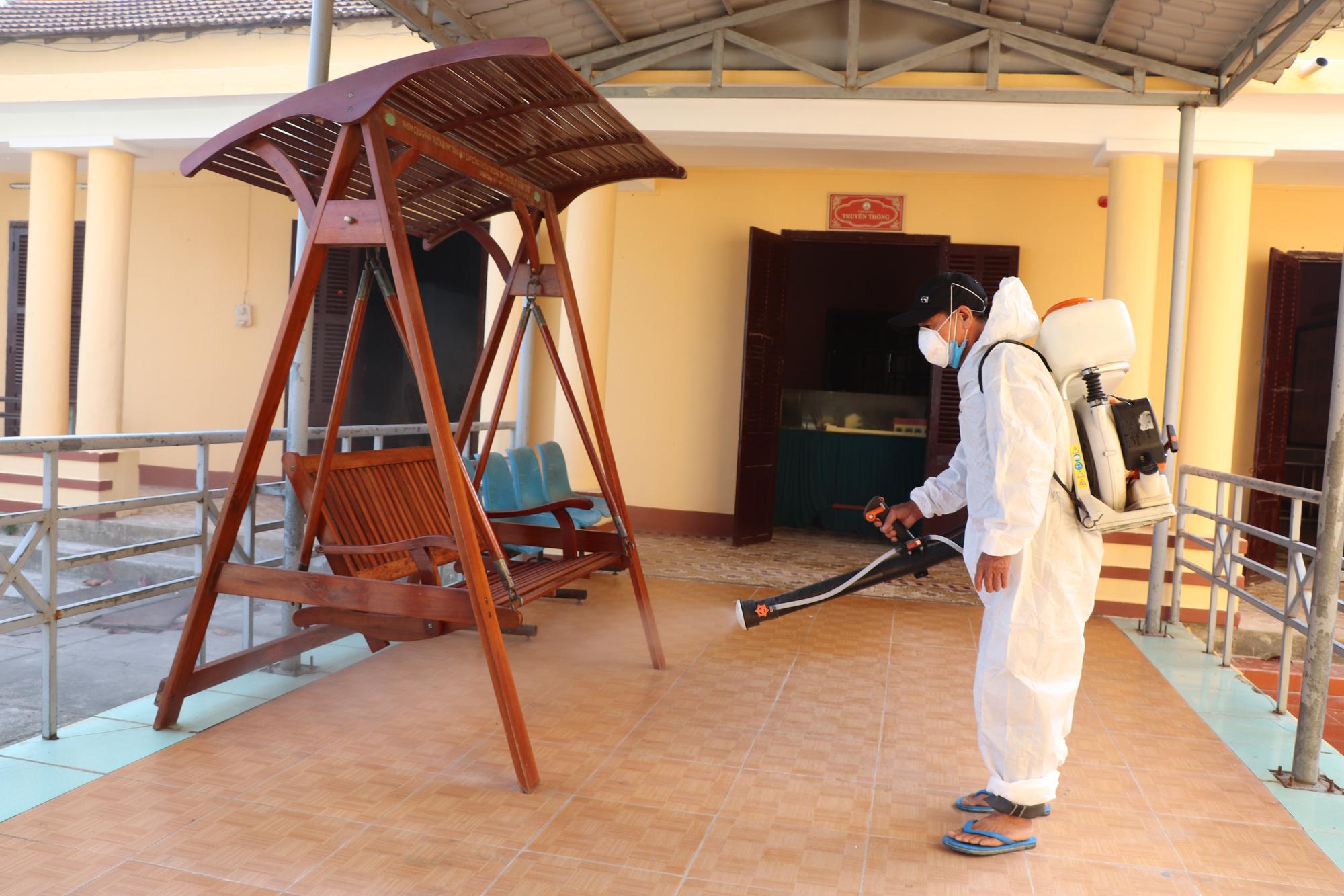 Quảng Nam: Ngày đầu đi học lại, trường khẩn trương khử trùng, học sinh được đo thân nhiệt trước khi vào lớp - Ảnh 5.
