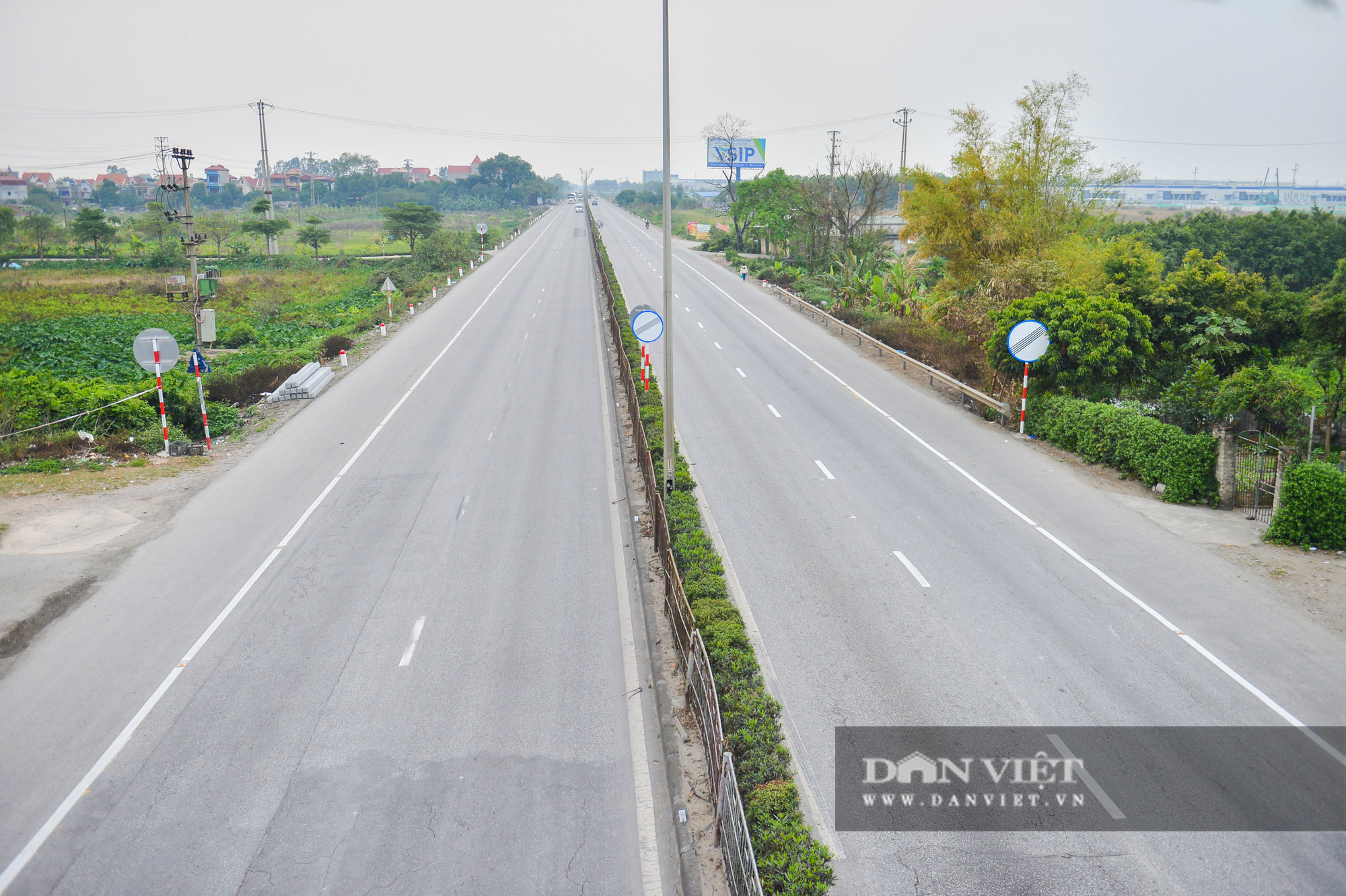 Giữa mùa dịch Covid-19, quốc lộ 5A vắng lặng khác hẳn ngày thường - Ảnh 2.