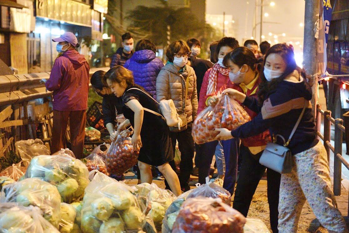 Người Hà Nội trắng đêm giải cứu 50 tấn hàng nông sản giúp bà con vùng dịch Hải Dương - Ảnh 8.