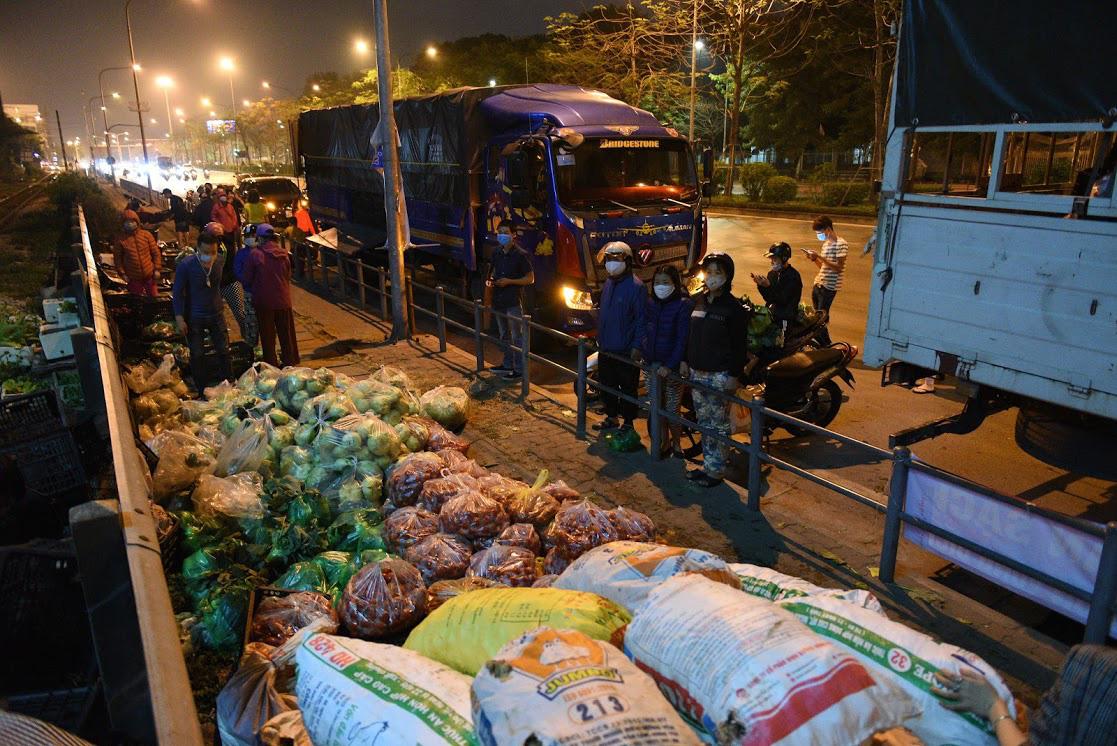 Người Hà Nội trắng đêm giải cứu 50 tấn hàng nông sản giúp bà con vùng dịch Hải Dương - Ảnh 2.