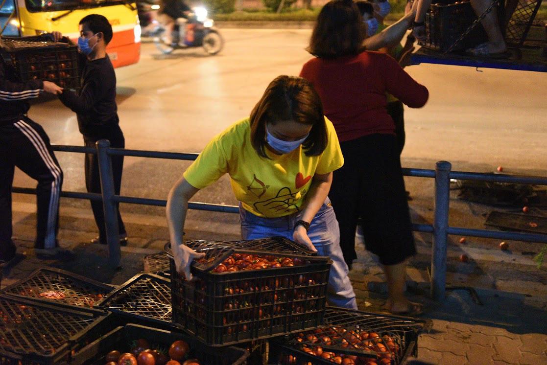Người Hà Nội trắng đêm giải cứu 50 tấn hàng nông sản giúp bà con vùng dịch Hải Dương - Ảnh 6.