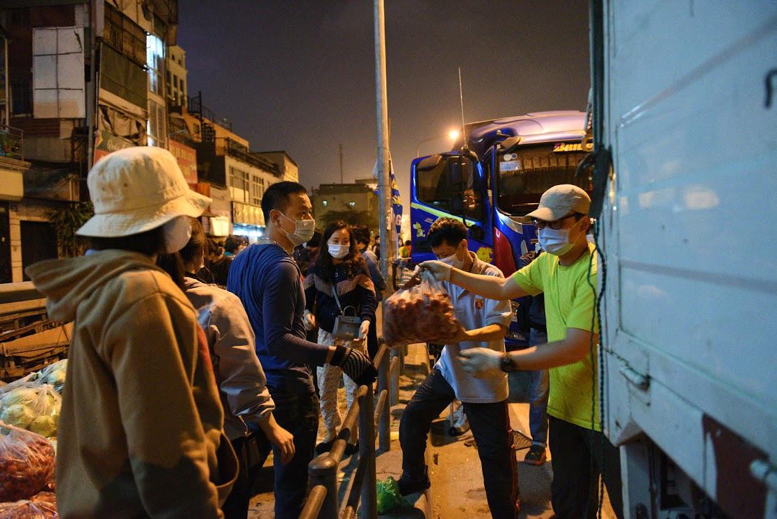 Người Hà Nội trắng đêm giải cứu 50 tấn hàng nông sản giúp bà con vùng dịch Hải Dương - Ảnh 5.