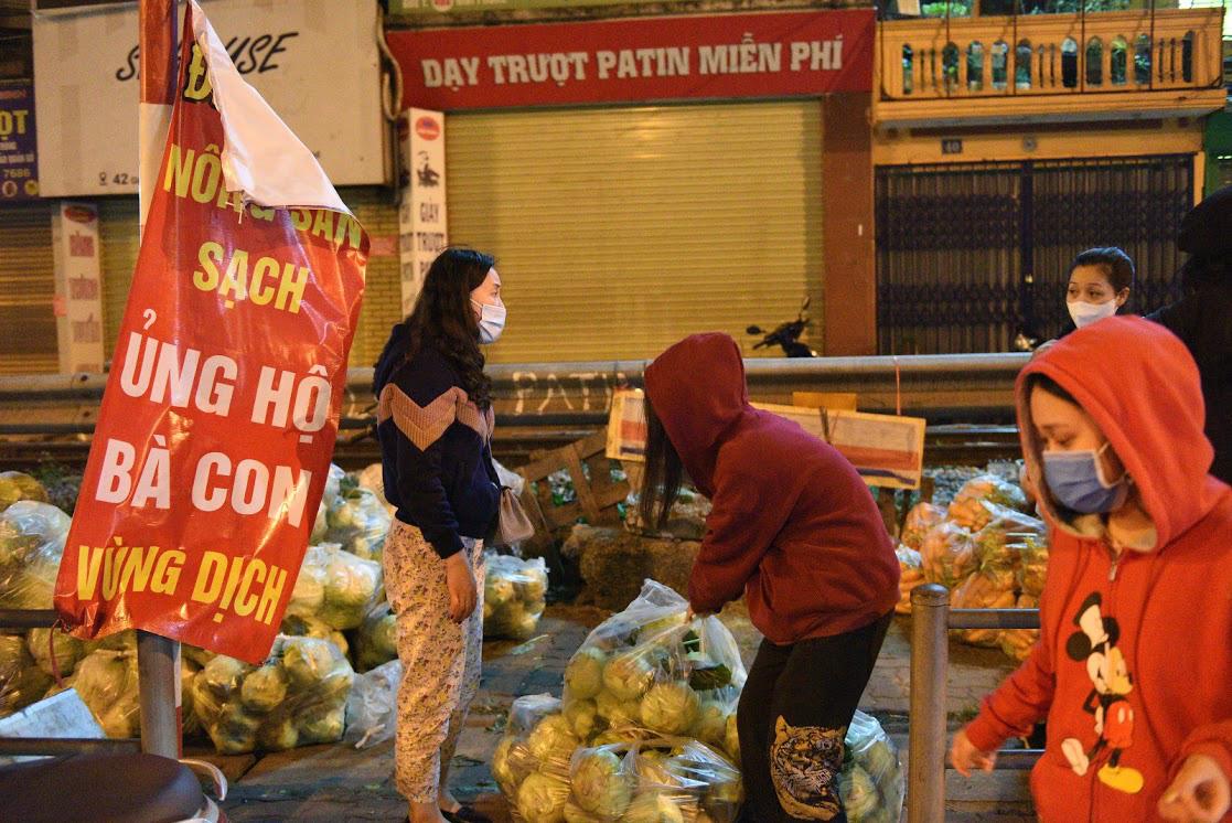 Người Hà Nội trắng đêm giải cứu 50 tấn hàng nông sản giúp bà con vùng dịch Hải Dương - Ảnh 9.