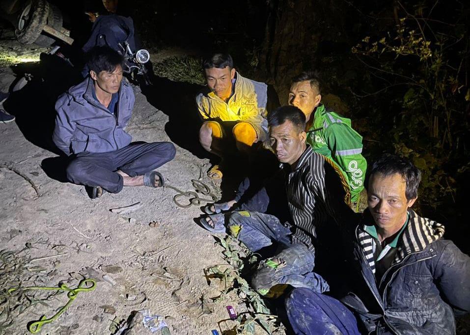 Rừng pơ-mu quý hiếm bị tàn phá: Lâm tặc đi một đường, bảo vệ rừng chốt một nẻo(?!) - Ảnh 1.