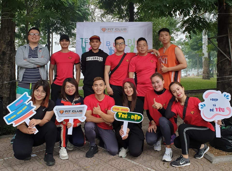 """""""Nam thần"""" TDDC Phạm Phước Hưng cùng các hội viên CLB 3F Fitclub, trong đó có tuyển thủ điền kinh Việt Nam Quách Thị Lan."""