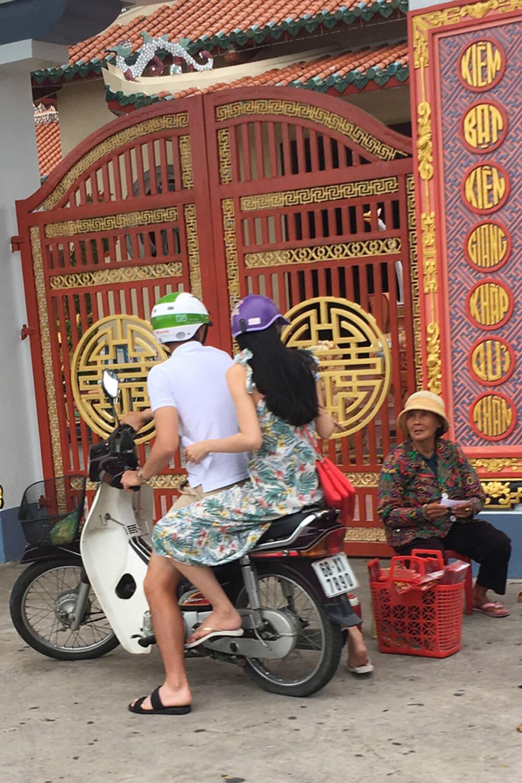 Lộ hình ảnh Công Vinh cùng Thuỷ Tiên đi hẹn hò trên xe Dream - Ảnh 3.