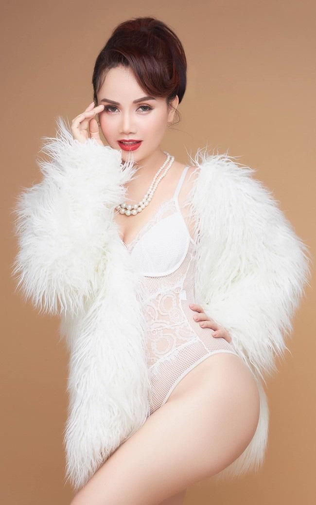 """Phong cách trẻ trung và vóc dáng cực gợi cảm của """"cô Xuyến"""" ở tuổi U50 - Ảnh 5."""