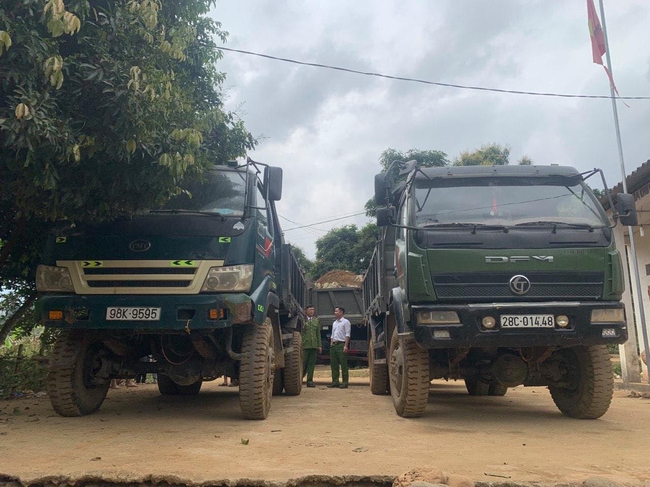 Phú Thọ: Bắt 4 ô tô vận chuyển khai thác đá mỹ nghệ trái phép - Ảnh 1.