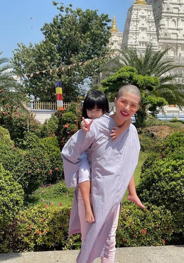 """""""Hoa hậu đông con nhất Việt Nam"""" cạo đầu mặc áo lam, nguyên nhân do đâu? - Ảnh 3."""