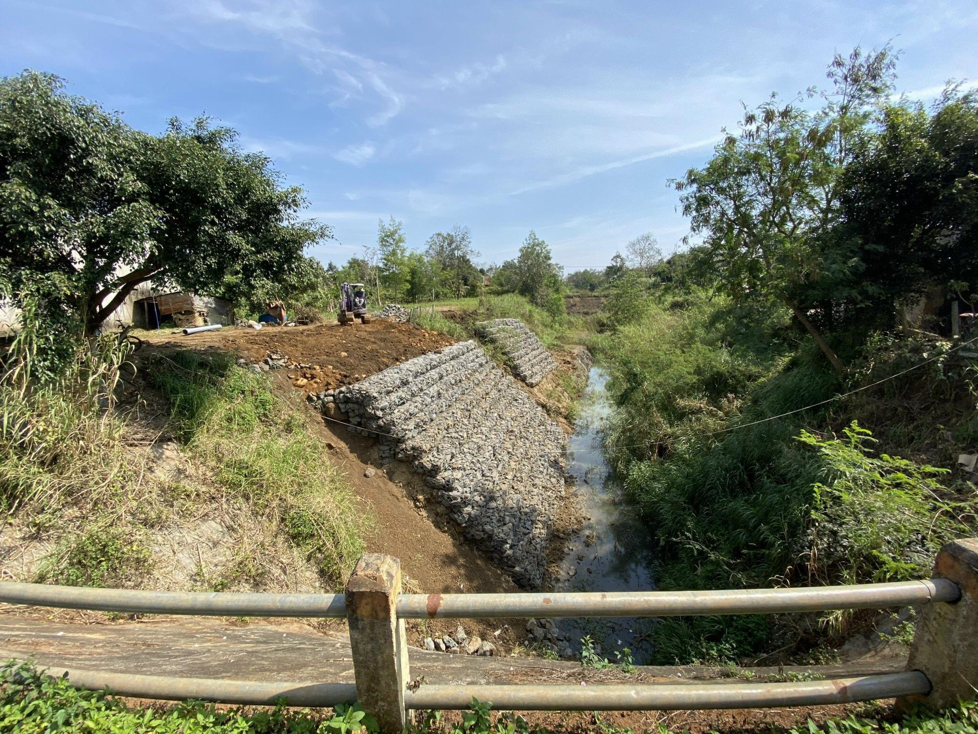 Đắk Lắk: Huyện quyết làm kênh dẫn thấp hơn mặt ruộng rồi… bỏ hoang - Ảnh 4.
