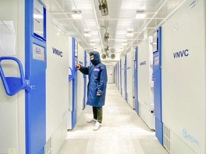 Lô vắc xin ngừa Covid-19 đầu tiên về Việt Nam được đưa vào kho đông lạnh thế nào? - Ảnh 2.