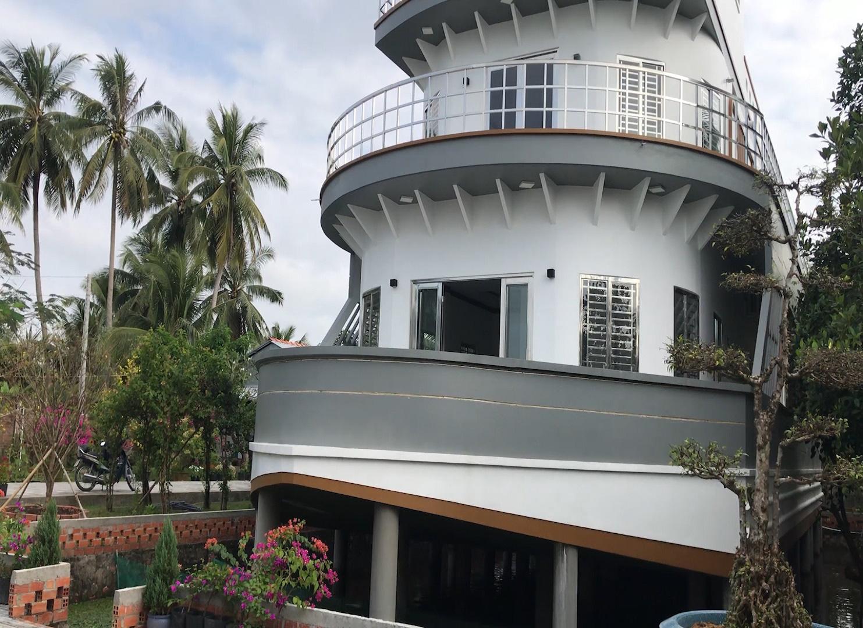 Video: Độc lạ căn nhà giống du thuyền nổi bật nhất miền Tây - Ảnh 5.