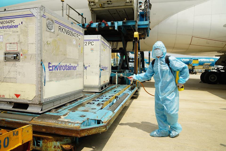 """Bộ trưởng Bộ Y tế: """"117.600 liều vắc xin ngừa Covid-19 đầu tiên đã có mặt kịp thời ở Việt Nam"""" - Ảnh 4."""