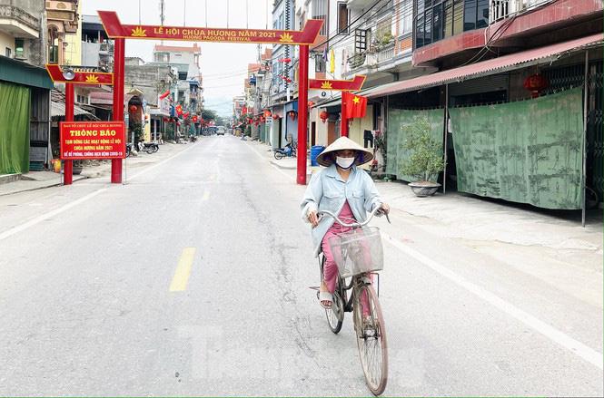 Hình ảnh khác lạ trên các con đường, bến thuyền dẫn vào chùa Hương - Ảnh 1.
