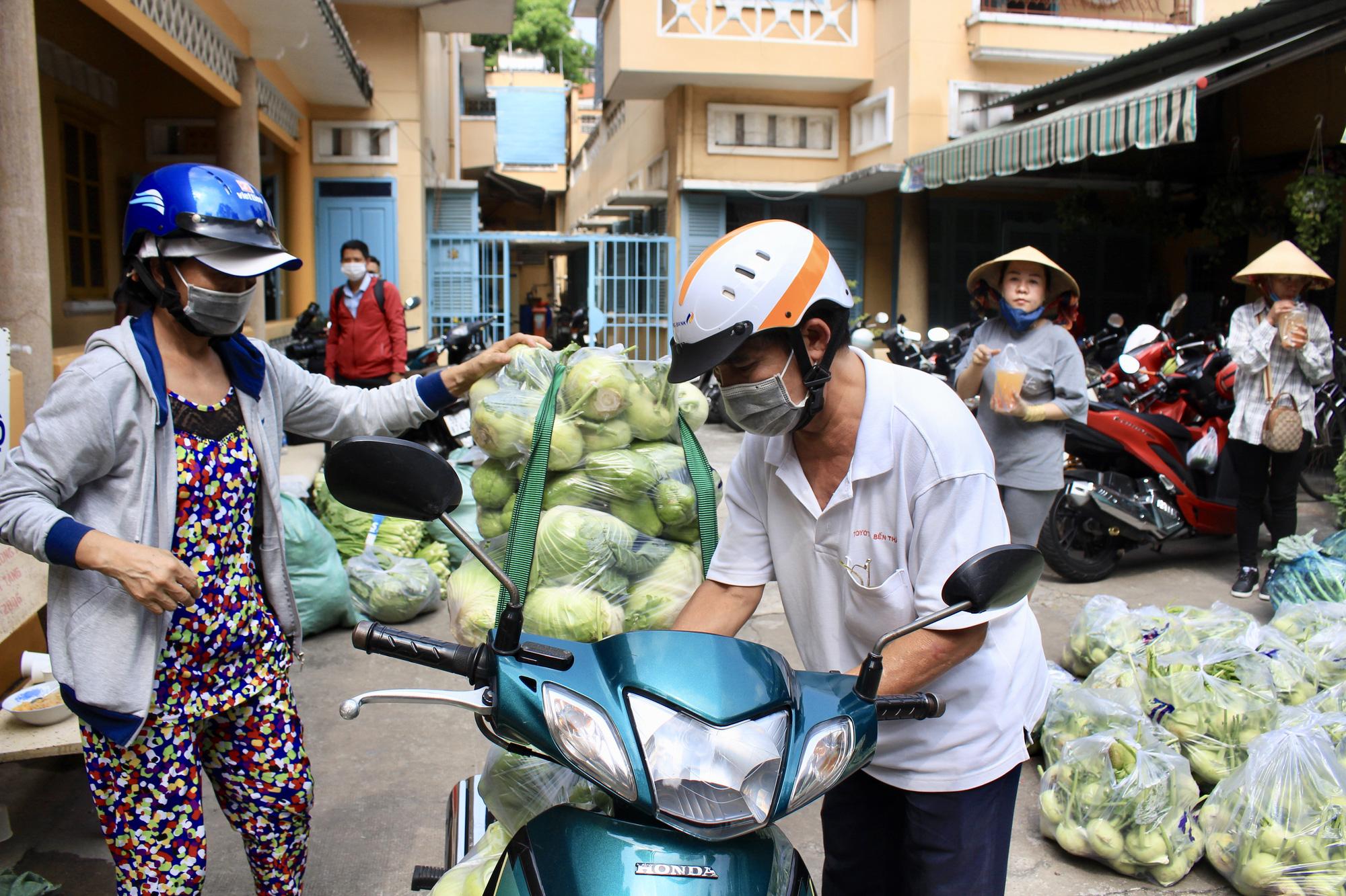 Ảnh: Cảm động người dân TP.HCM ùn ùn giải cứu rau củ Hải Dương, bưởi đặc sản hỗ trợ nông dân - Ảnh 5.