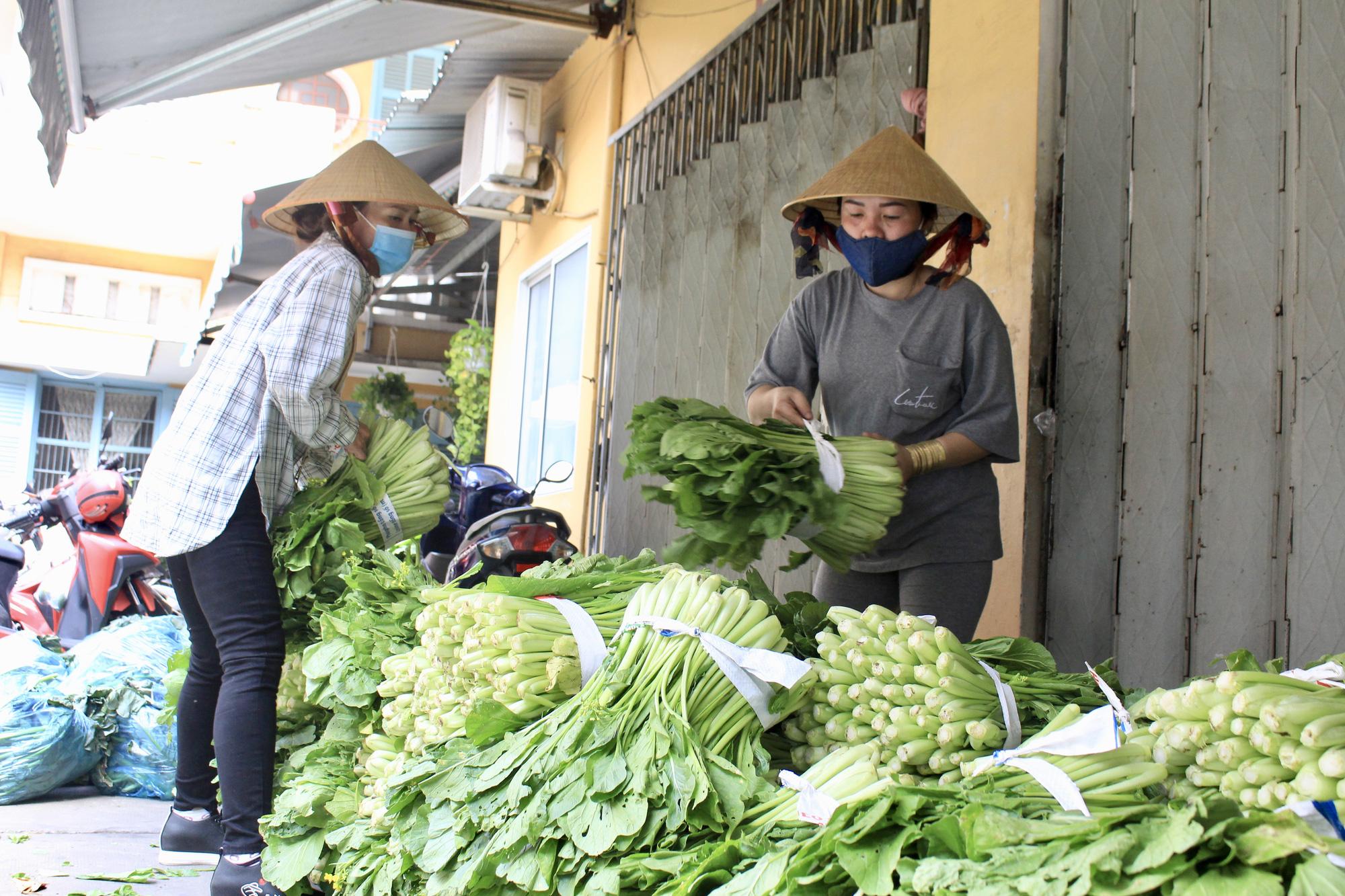 Ảnh: Cảm động người dân TP.HCM ùn ùn giải cứu rau củ Hải Dương, bưởi đặc sản hỗ trợ nông dân - Ảnh 8.