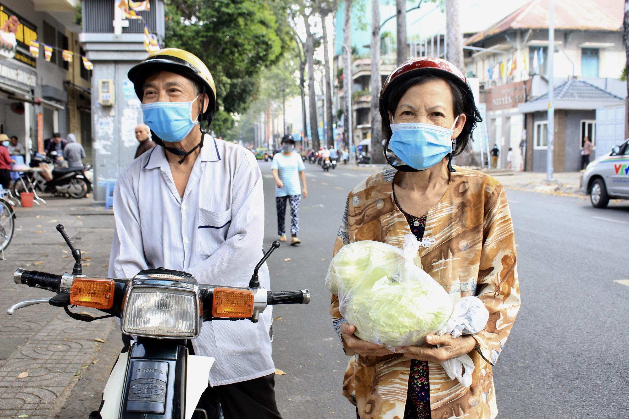 Ảnh: Cảm động người dân TP.HCM ùn ùn giải cứu rau củ Hải Dương, bưởi đặc sản hỗ trợ nông dân - Ảnh 4.