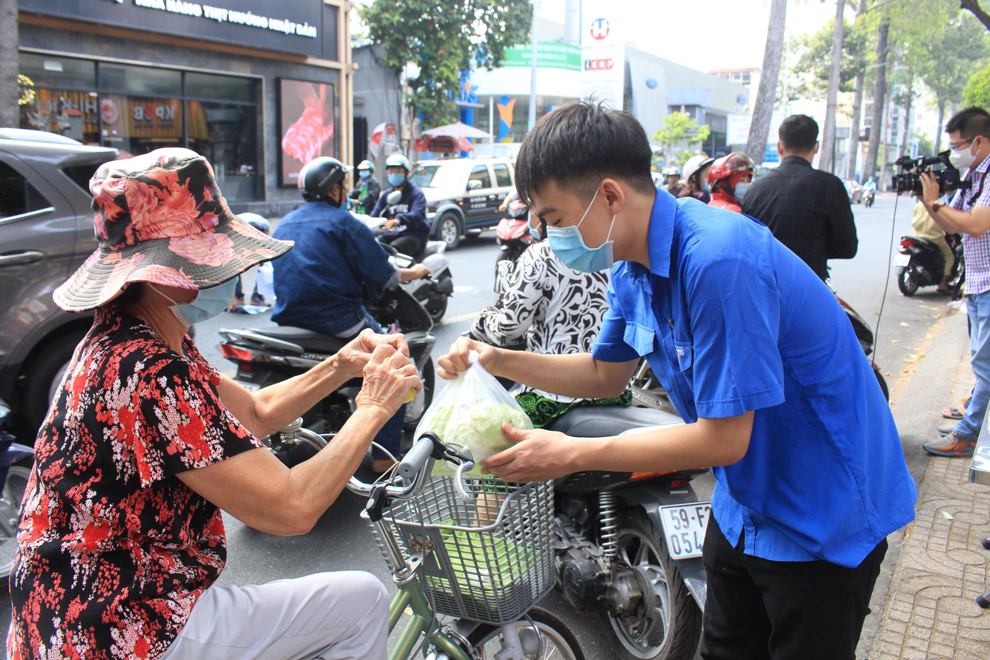 Ảnh: Cảm động người dân TP.HCM ùn ùn giải cứu rau củ Hải Dương, bưởi đặc sản hỗ trợ nông dân - Ảnh 7.