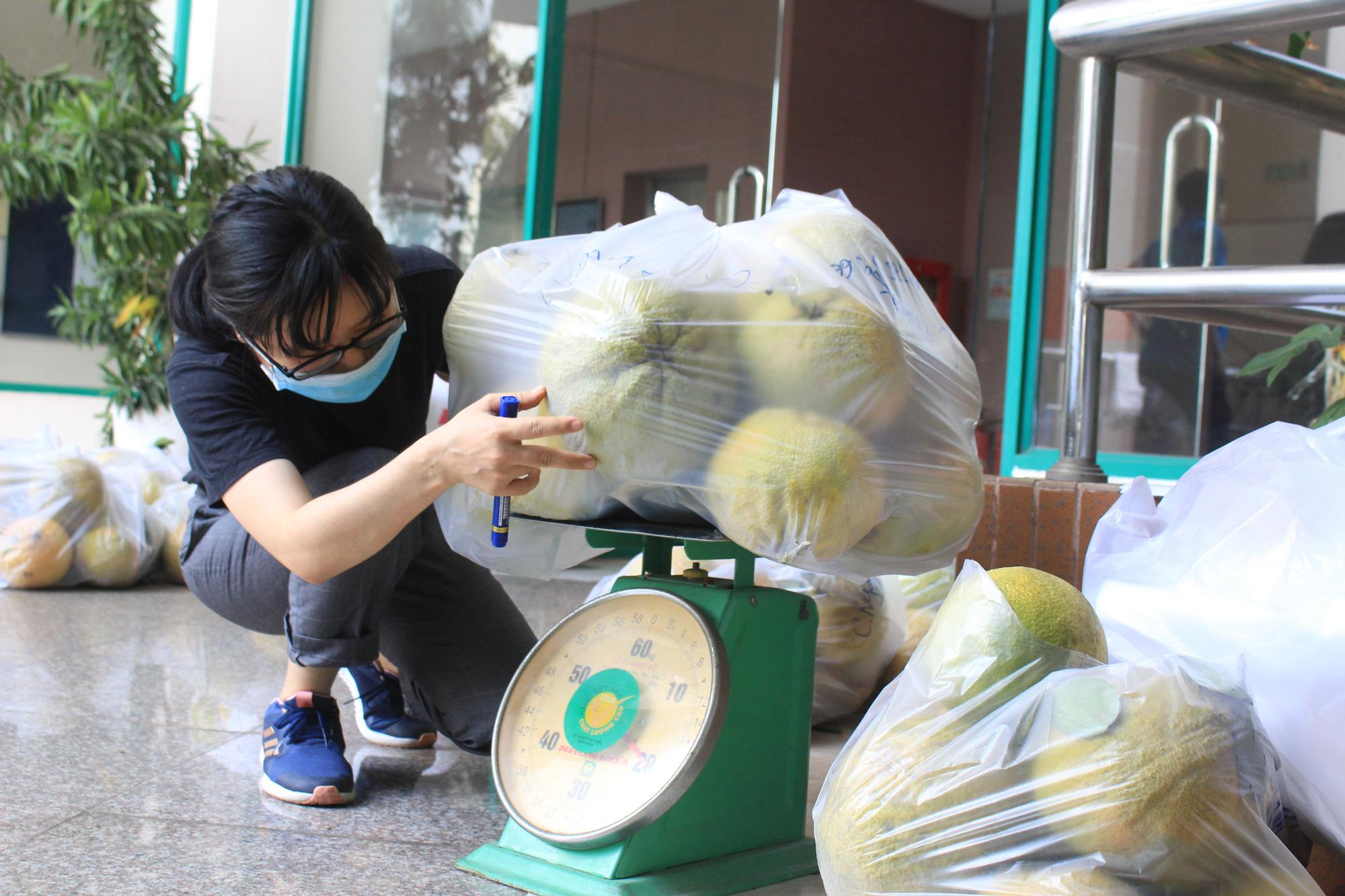 Ảnh: Cảm động người dân TP.HCM ùn ùn giải cứu rau củ Hải Dương, bưởi đặc sản hỗ trợ nông dân - Ảnh 13.