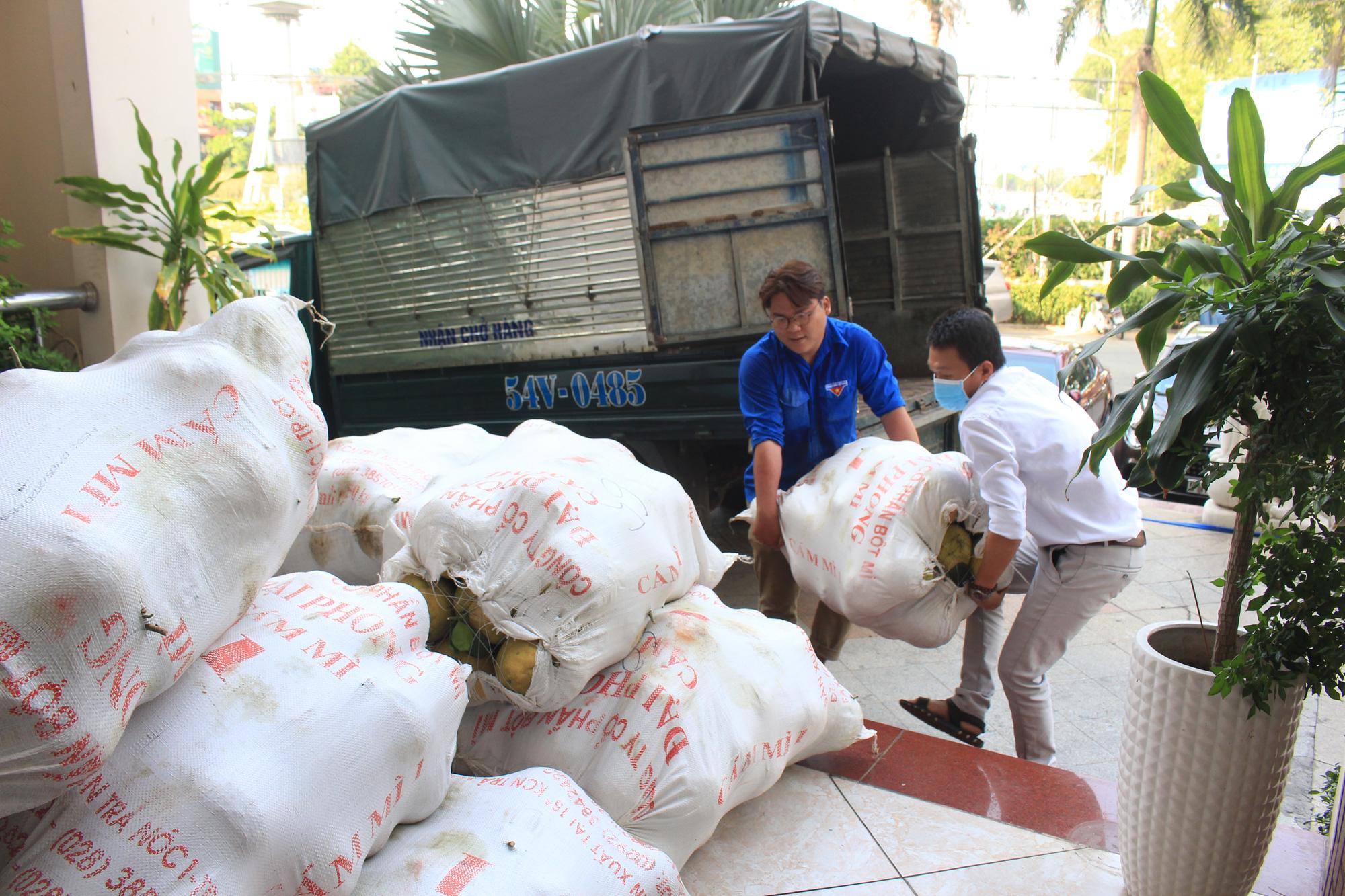 Ảnh: Cảm động người dân TP.HCM ùn ùn giải cứu rau củ Hải Dương, bưởi đặc sản hỗ trợ nông dân - Ảnh 12.