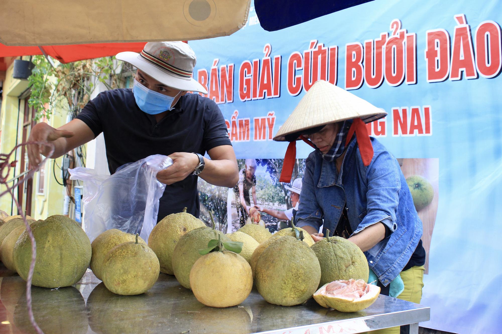 Ảnh: Cảm động người dân TP.HCM ùn ùn giải cứu rau củ Hải Dương, bưởi đặc sản hỗ trợ nông dân - Ảnh 9.
