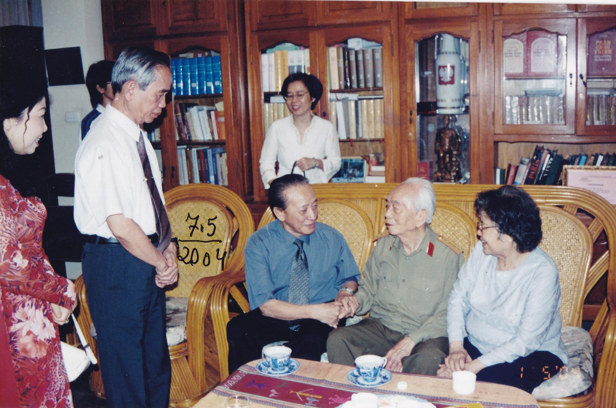 """""""Còn tình yêu ở lại"""": Góc nhìn xúc động về bác sĩ, nhân viên y tế nhân Ngày Thầy thuốc Việt Nam - Ảnh 4."""