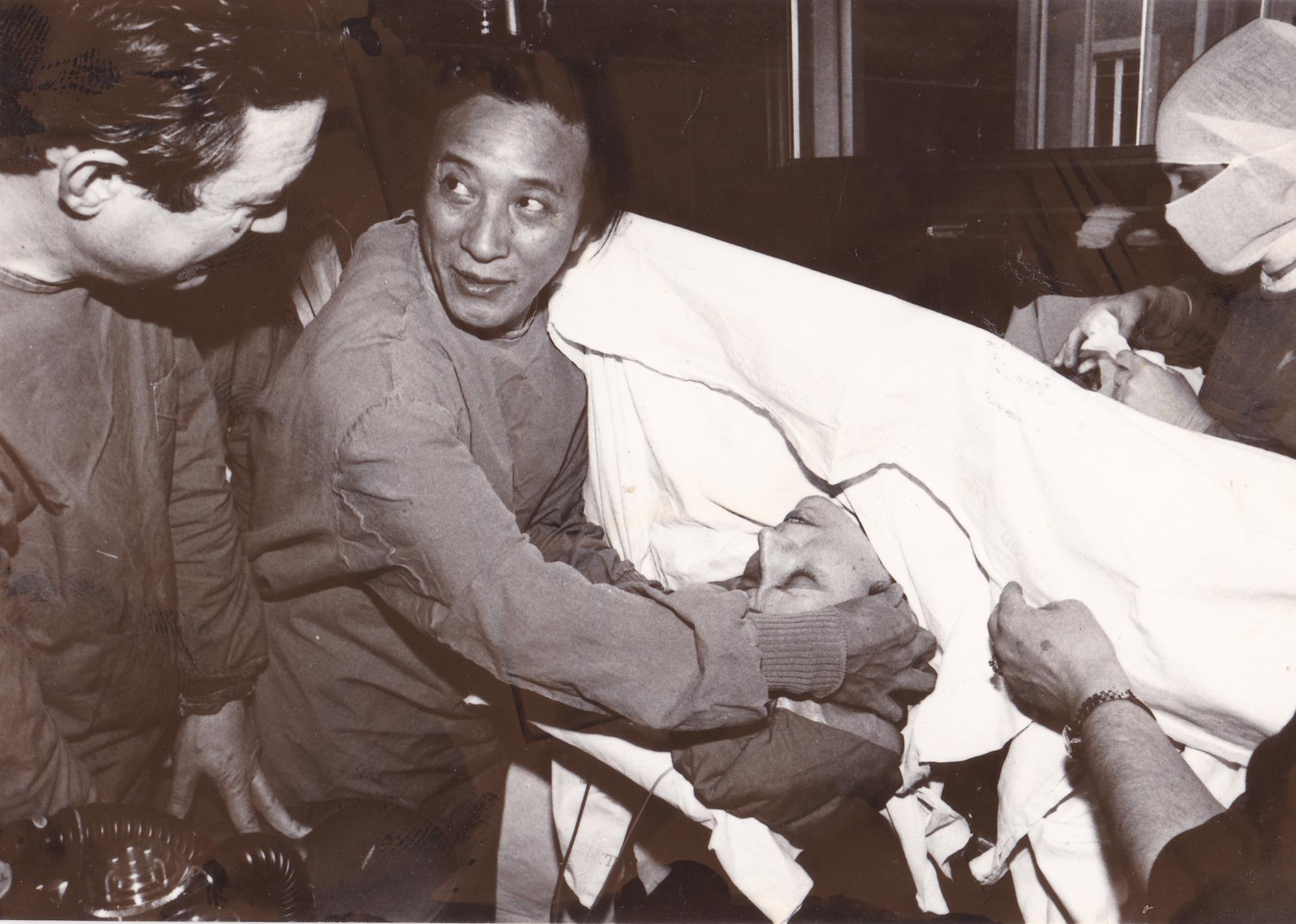 """""""Còn tình yêu ở lại"""": Góc nhìn xúc động về bác sĩ, nhân viên y tế nhân Ngày Thầy thuốc Việt Nam - Ảnh 1."""