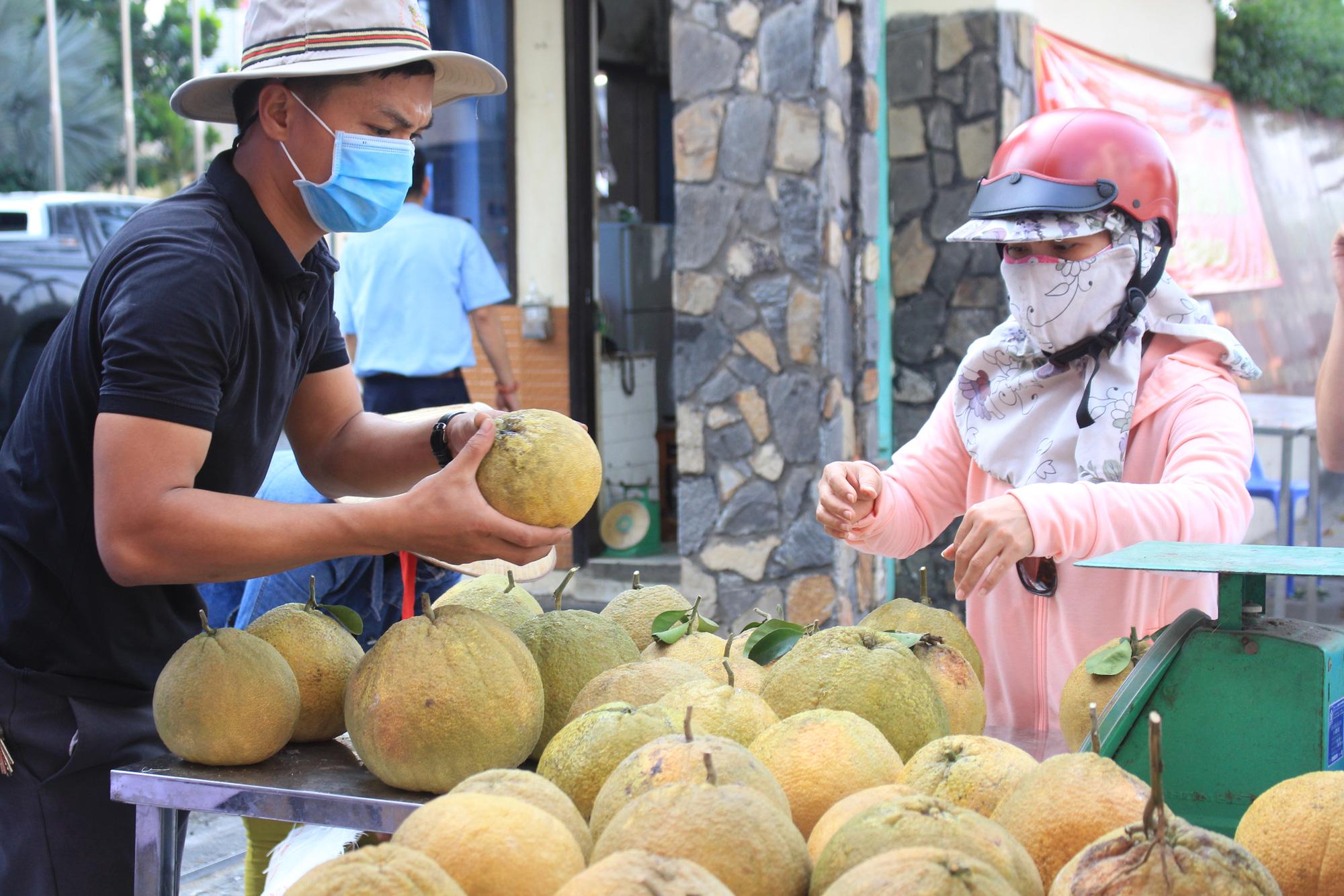 Ảnh: Cảm động người dân TP.HCM ùn ùn giải cứu rau củ Hải Dương, bưởi đặc sản hỗ trợ nông dân - Ảnh 11.