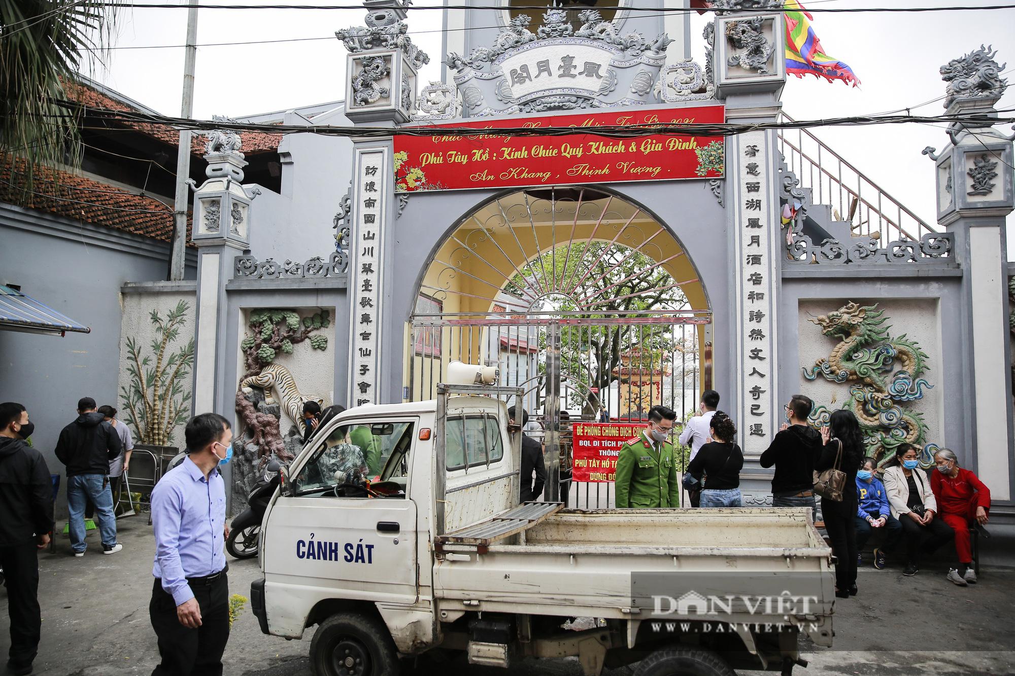 Công an gác cổng, người dân lập bàn vái vọng trước đền chùa ngày Rằm tháng Giêng - Ảnh 1.
