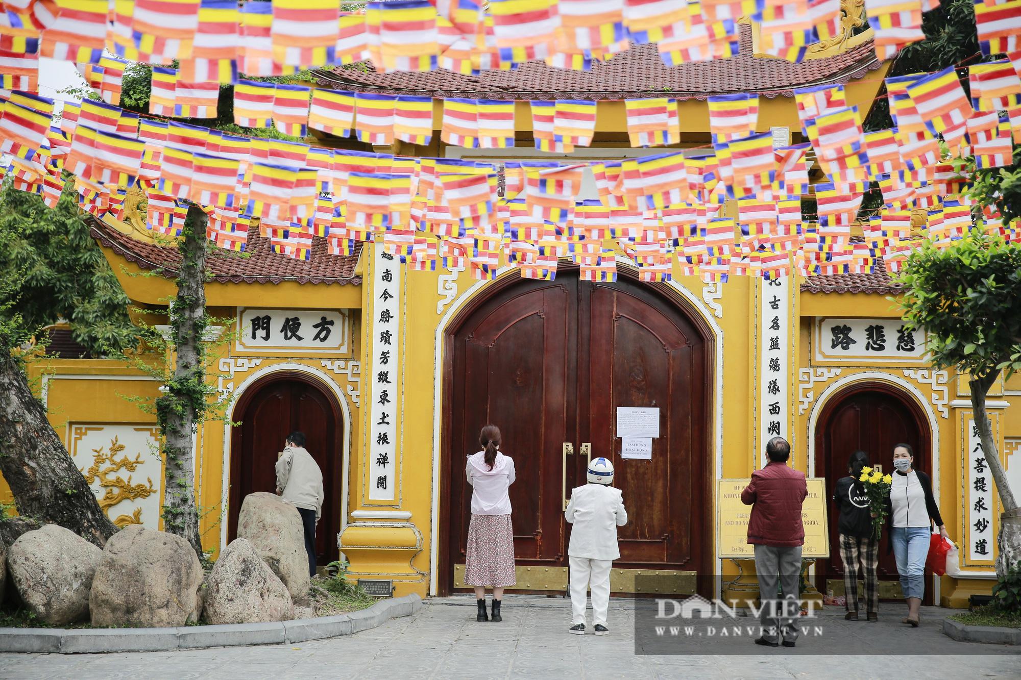 Công an gác cổng, người dân lập bàn vái vọng trước đền chùa ngày Rằm tháng Giêng - Ảnh 11.