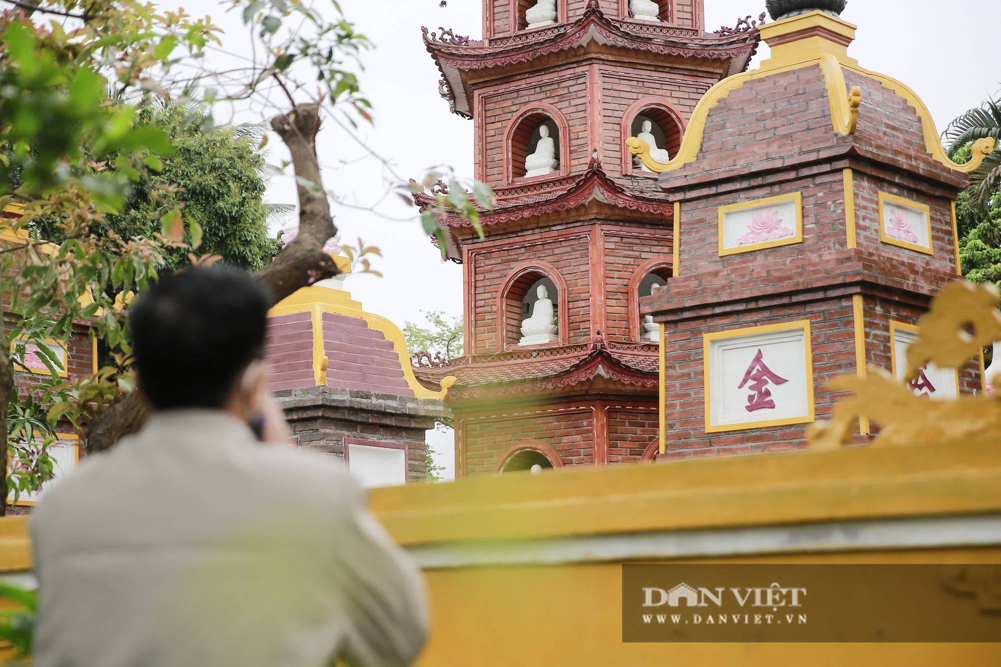 Công an gác cổng, người dân lập bàn vái vọng trước đền chùa ngày Rằm tháng Giêng - Ảnh 12.