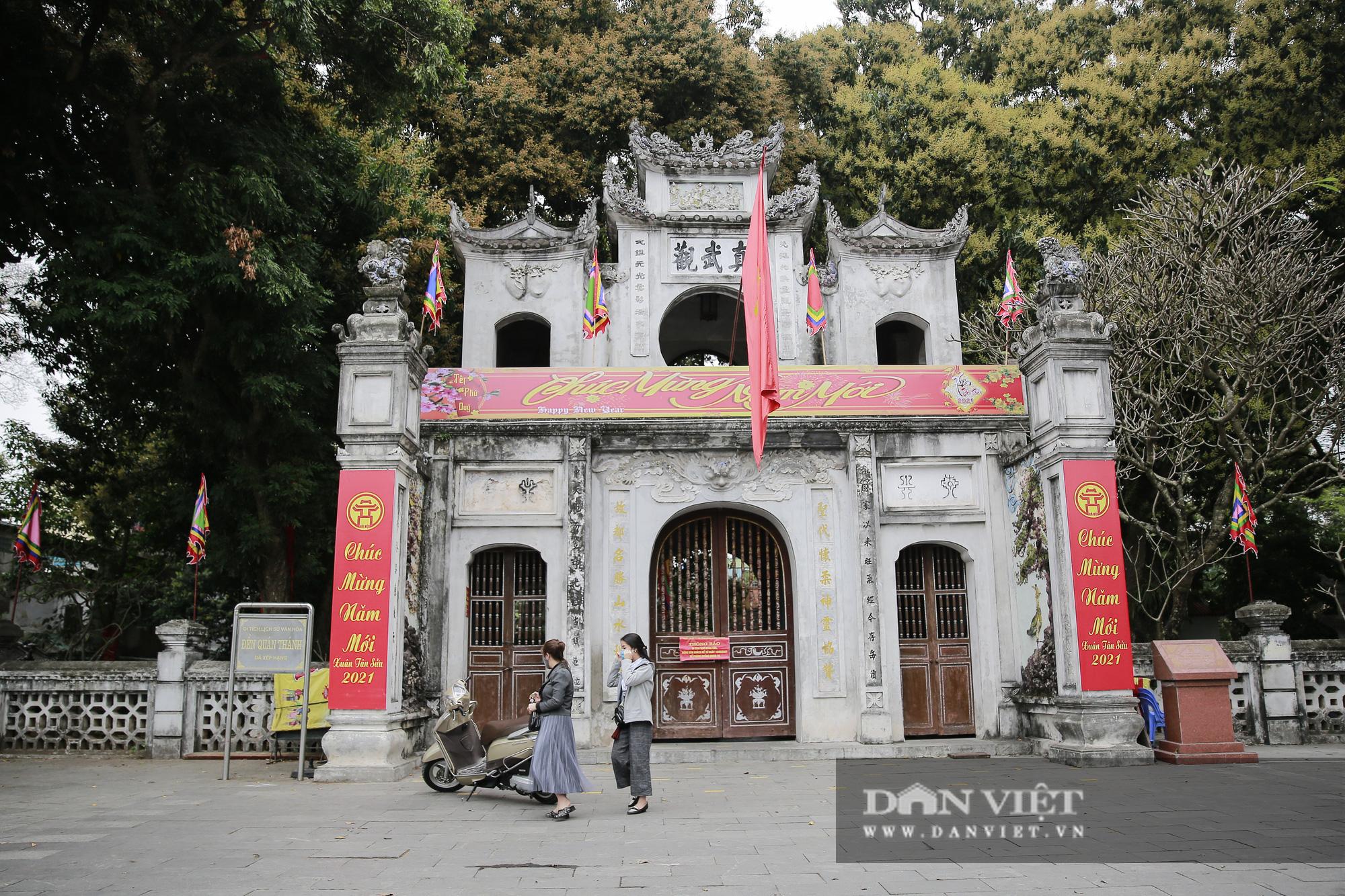 Công an gác cổng, người dân lập bàn vái vọng trước đền chùa ngày Rằm tháng Giêng - Ảnh 13.