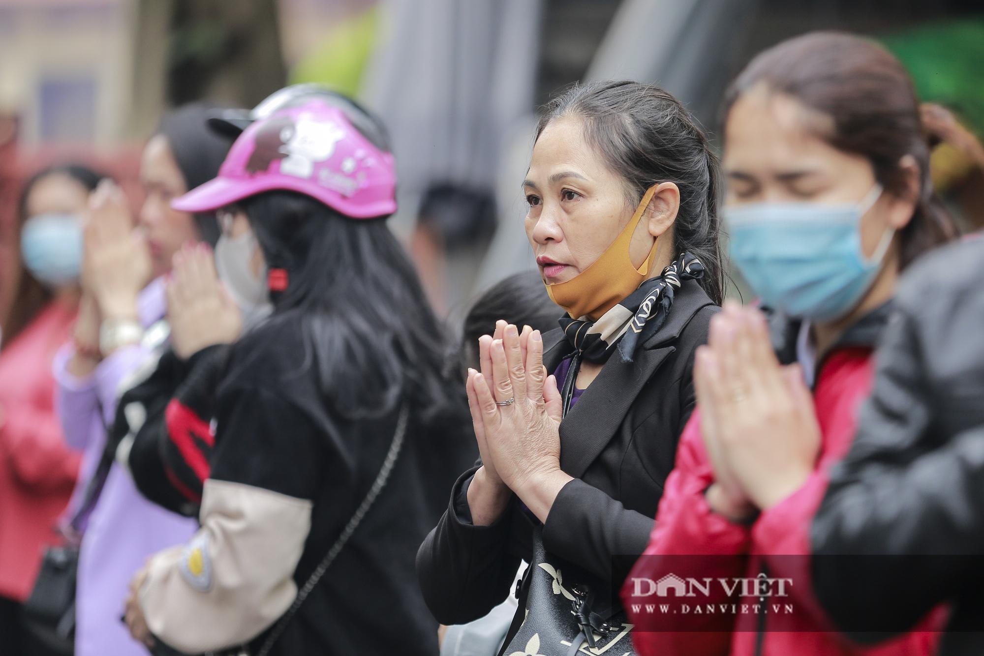 Công an gác cổng, người dân lập bàn vái vọng trước đền chùa ngày Rằm tháng Giêng - Ảnh 3.