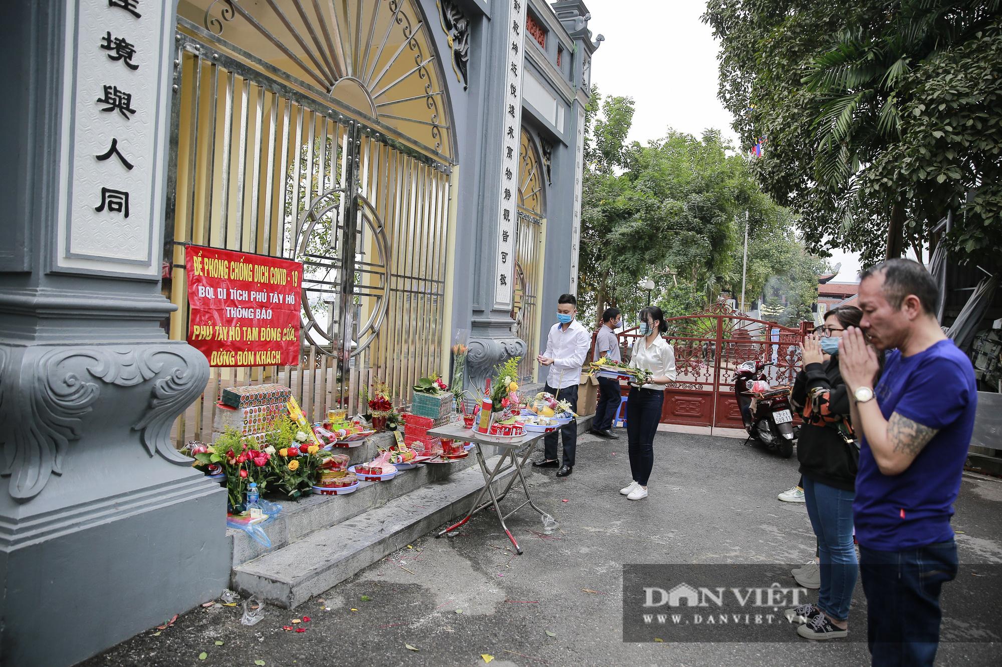 Công an gác cổng, người dân lập bàn vái vọng trước đền chùa ngày Rằm tháng Giêng - Ảnh 4.