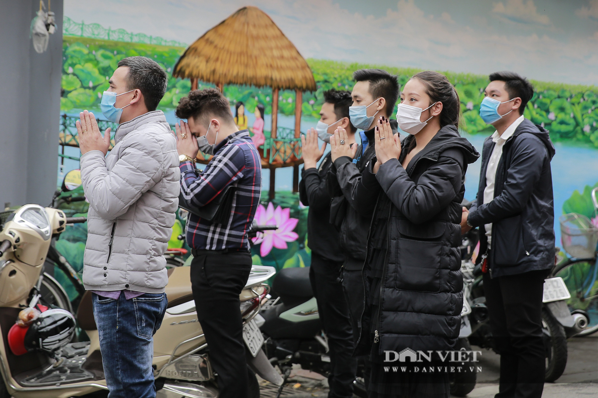 Công an gác cổng, người dân lập bàn vái vọng trước đền chùa ngày Rằm tháng Giêng - Ảnh 6.