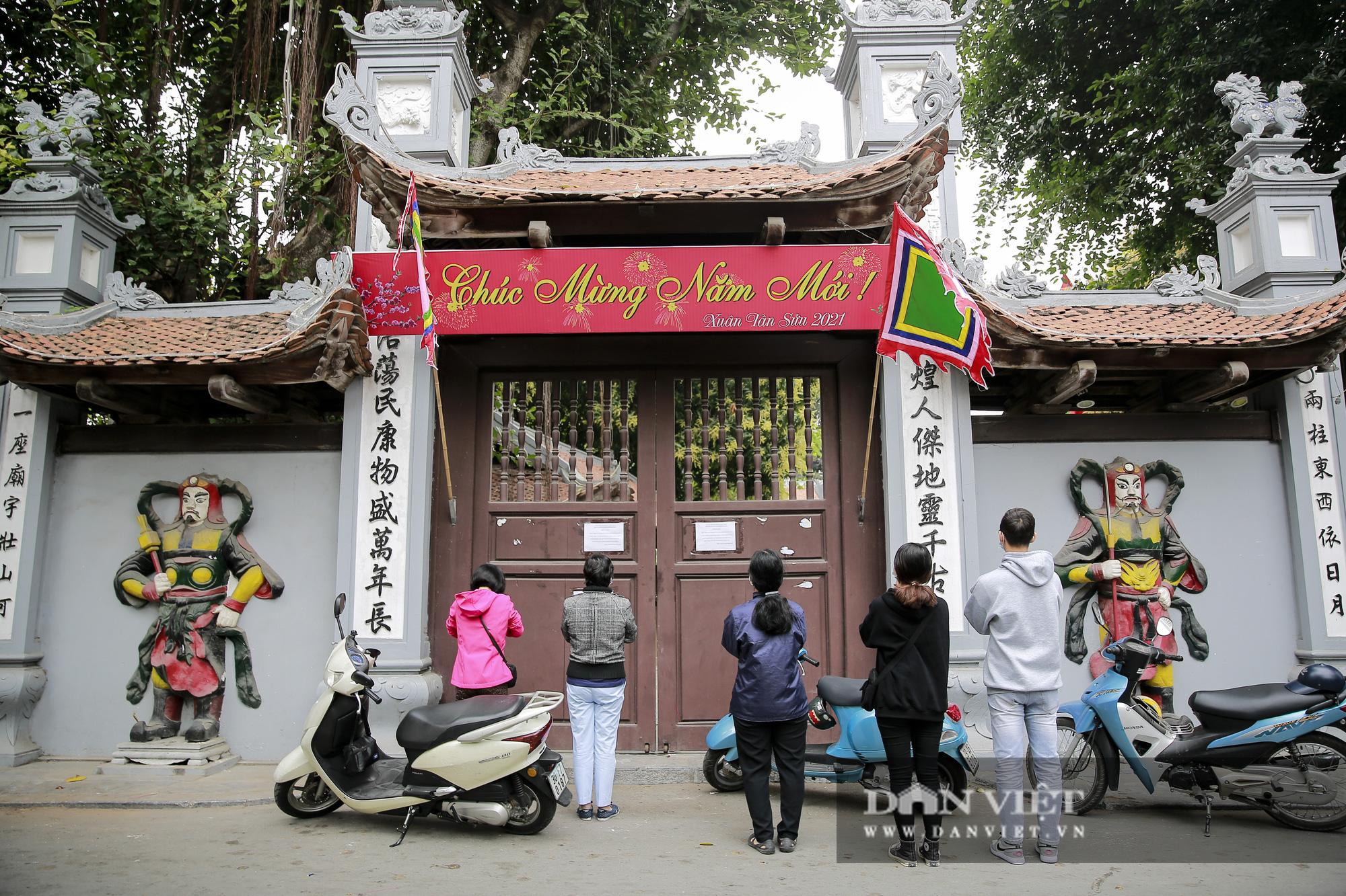 Công an gác cổng, người dân lập bàn vái vọng trước đền chùa ngày Rằm tháng Giêng - Ảnh 8.