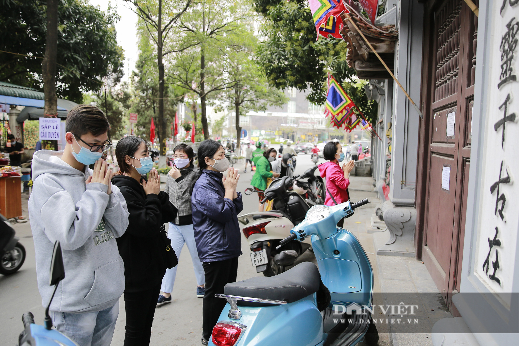 Công an gác cổng, người dân lập bàn vái vọng trước đền chùa ngày Rằm tháng Giêng - Ảnh 9.